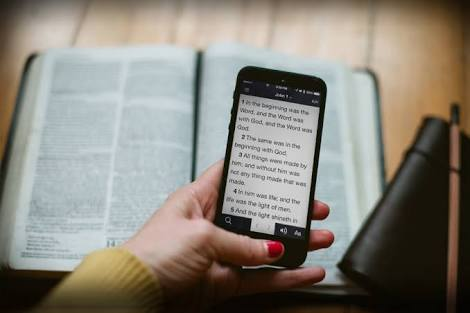 Why I Carry My Bible to Church in Print, Not Pixels!